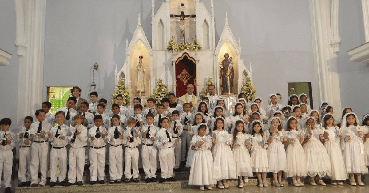 Qual idade e disposições ensinadas pela Igreja para que as crianças recebam os Sacramentos da Confissão e da Comunhão?
