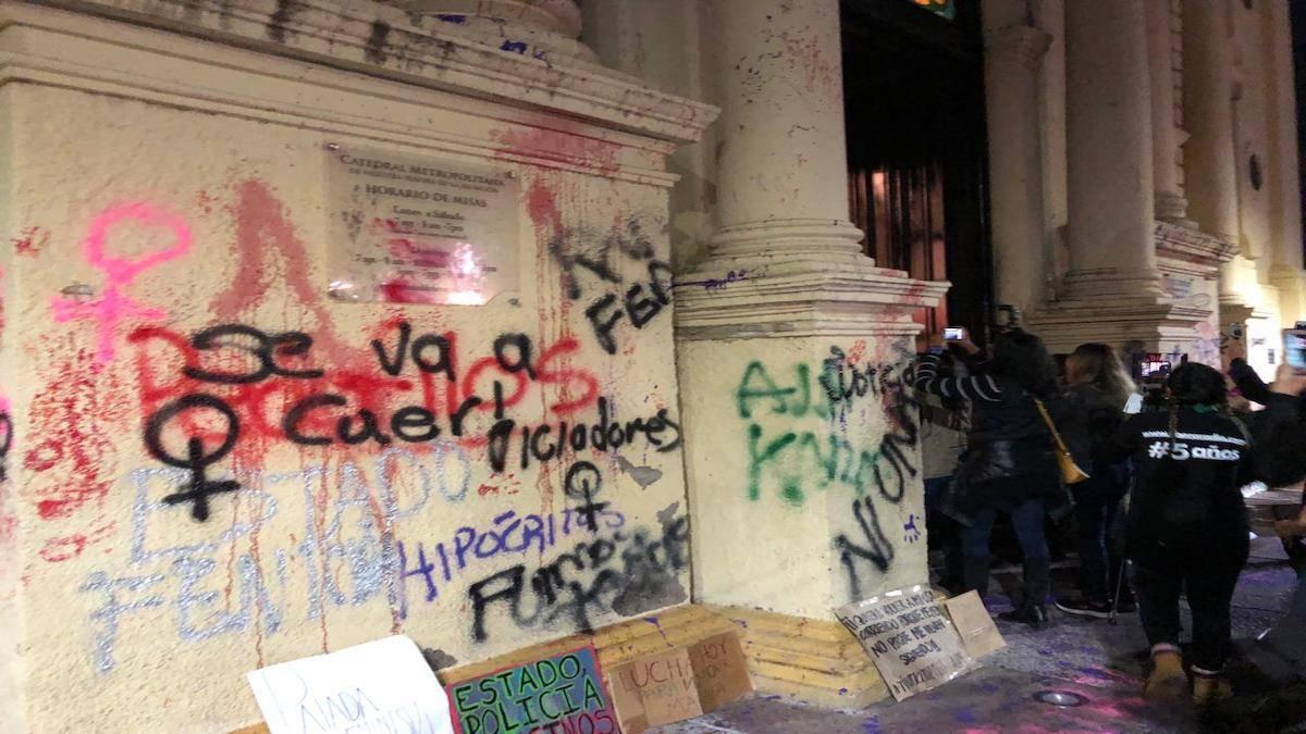 Resultado de imagem para Feministas vandalizam e causam pânico em fiéis que assistiam missa em Catedral no México