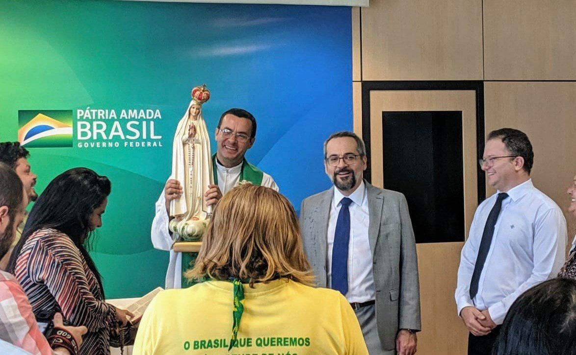 Abraham Weintraub consagra MEC a nossa Senhora de Fátima